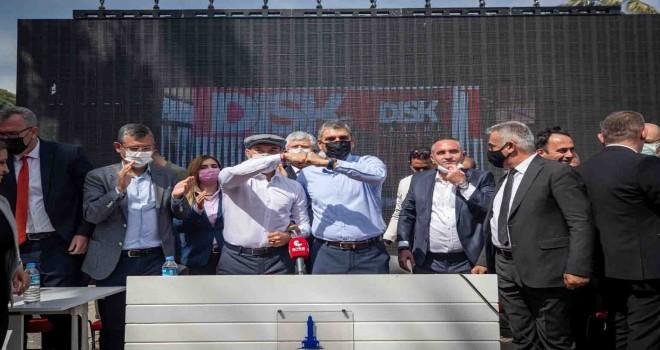 İzmir Büyükşehir Belediyesi çalışanları 1 Mayıs'ı toplu sözleşmeyle kutladı