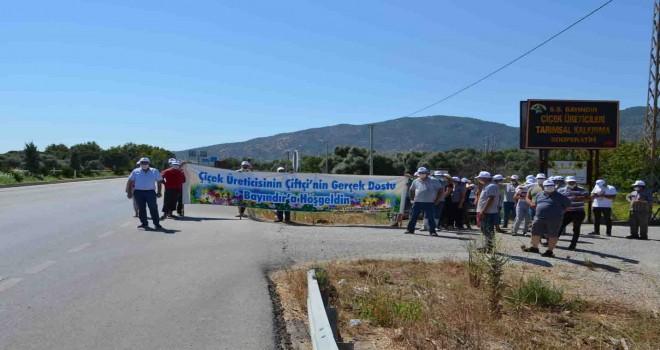 Bayındır Çiçek Üreticileri'nden Başkan Soyer'e pankartlı selamlama