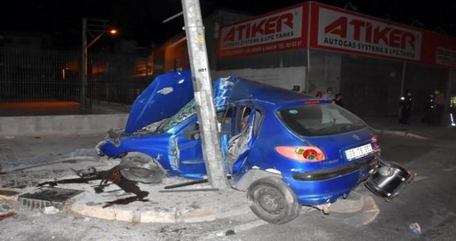 Aydınlatma direğine çarpan sürücü ağır yaralandı
