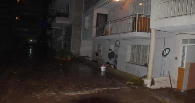 Karşıyaka'da dere taştı evleri su bastı