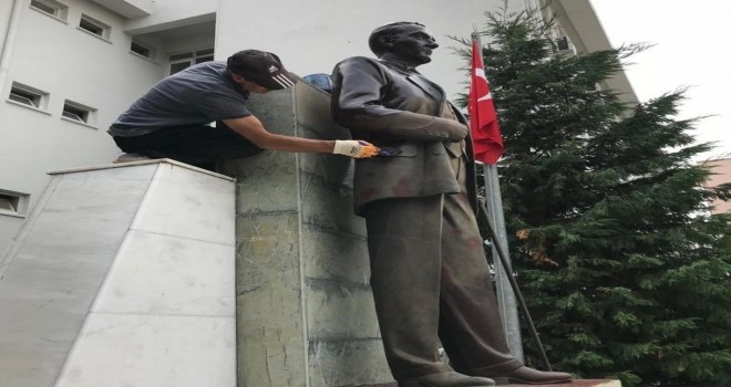 Kaymakamlık önündeki Atatürk heykeli onarıldı