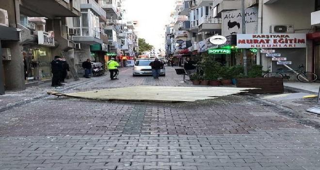 Karşıyaka'da çatı sokağa uçtu...