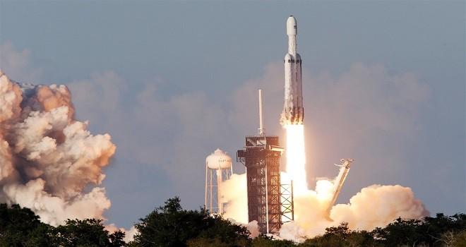 SpaceX'in FalconHeavy roketi ilk ticari uçuşta başladı