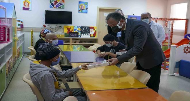 Ege'de onkolojik tedavi gören çocuklara eğitim desteği