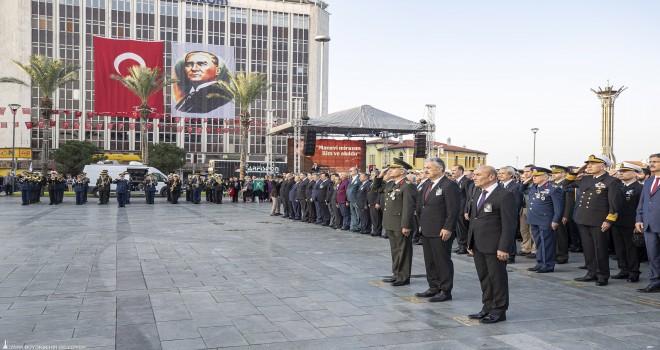 İzmir'de dokuzu beş geçe hayat durdu