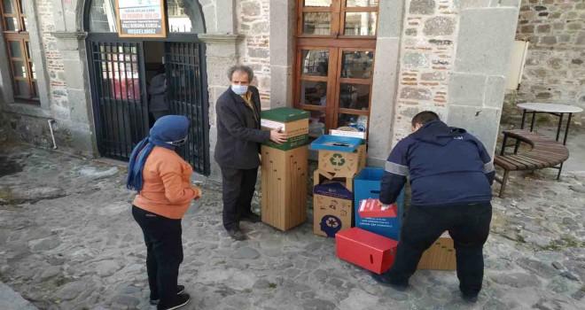Bergama'da geri dönüşüm kutuları dağıtıldı