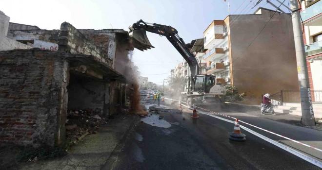 Konak'ta metruk binalar bir bir yıkılıyor