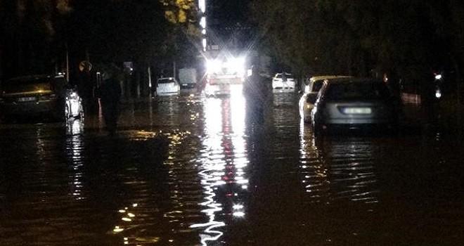 Karşıyaka'da deniz taştı, araçlar su altında kaldı
