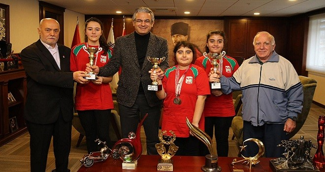 Bostanlıspor Masa Tenisi Takımı başkan Akpınar'a kupalarını götürdü...