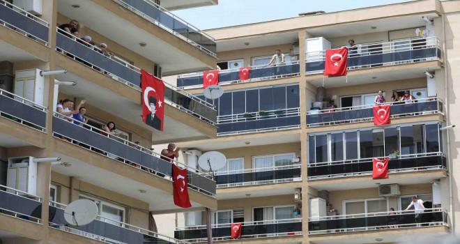 Buca'da 19 Mayıs'a balkonlardan karnaval gibi kutlama