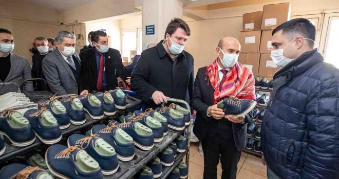 İzmir'in marka ayakkabısı olması gerek...