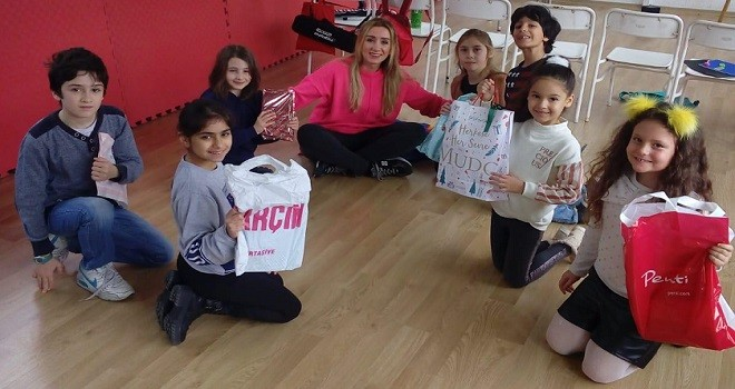 Karşıyaka Çocuk Korosu yılbaşını erken kutladı
