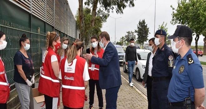 Türk Kızılay Karşıyaka, semt pazarlarında hijyen seti dağıttı