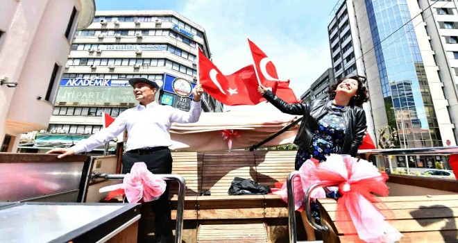 Başkan Soyer ve eşinden bandolu bayram turu