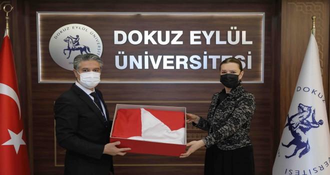Anıtkabir'de dalgalanan Türk Bayrağı DEÜ'de sergilenecek