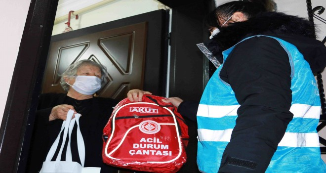 Karabağlar'da deprem çantaları dağıtıldı