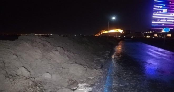 Mavişehir'de denizin önüne topraktan set çekiliyor