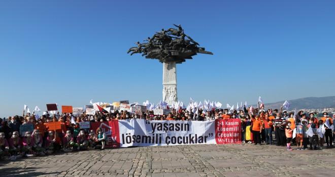 Lösevlilerden İzmir'de büyük kortej