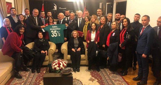 CHP Karşıyaka İlçe Yönetimi Kılıçdaroğlu'na KSK forması verdi...