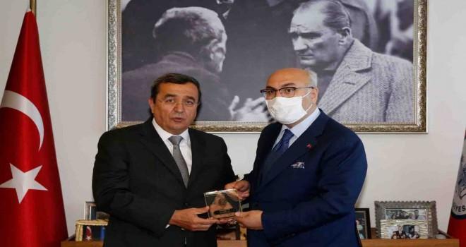Batur, Vali Köşger'e Konak'ı anlattı