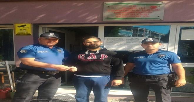 Karşıyaka'da yerde 1000 TL bulan kişi parayı polise teslim etti