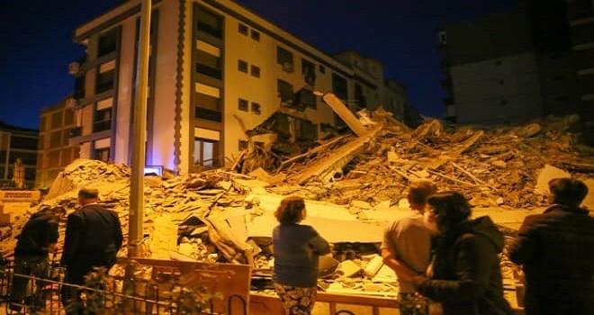 Karşıyaka'da ağır hasarlı bina yanındaki binanın üstüne çöktü