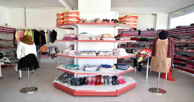 Bornova'da ihtiyaç sahiplerine giysi desteği