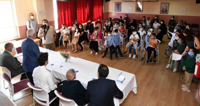 Karabağlar Belediyesi'nin Eğitim Kart'ı yüzleri güldürdü