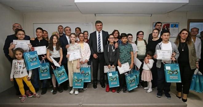 Başkan Tugay'dan başarılı öğrencilere ödül