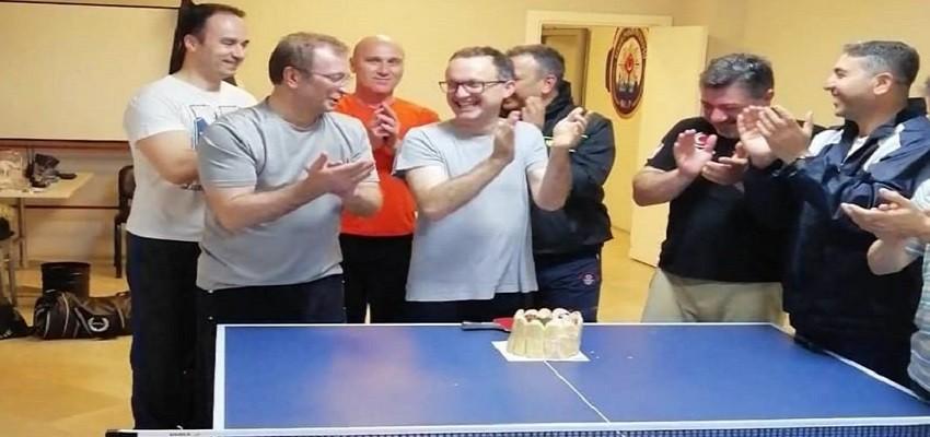 Maçın devre arasında doğum gününü kutladılar...