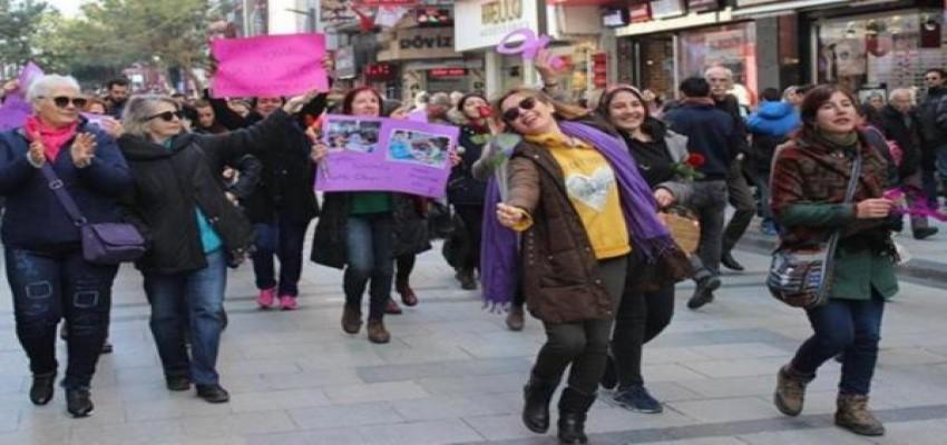 Kadınlar, Karşıyaka Çarşı'da dans ederek yürüdü