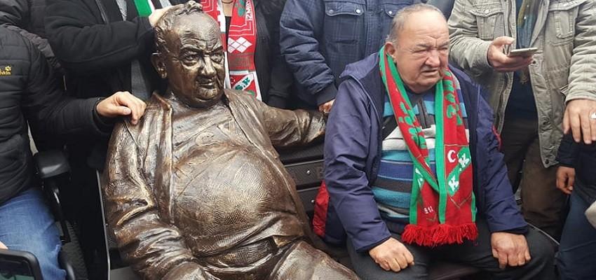 Bir baba hindi Mustafa'nın heykeli dikildi…