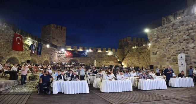 İzmir Büyükşehir Belediyesi'nin Eylül ayı olağan meclisi Çandarlı Kalesi'nde yapıldı