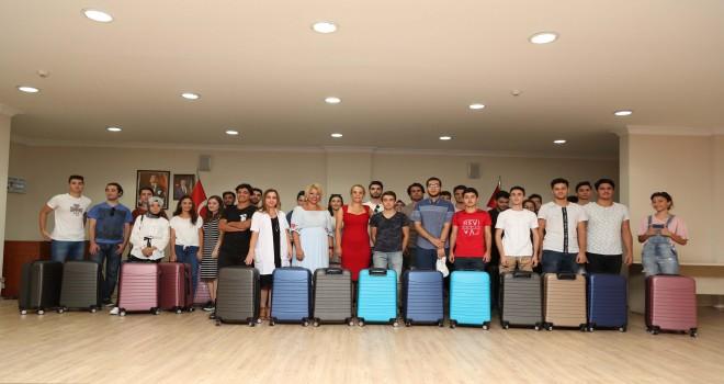 Üniversiteli gençlerin valiz sevinci