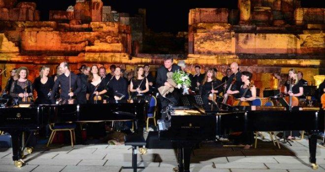 Efes Antik Tiyatro'da yağmur sürprizi