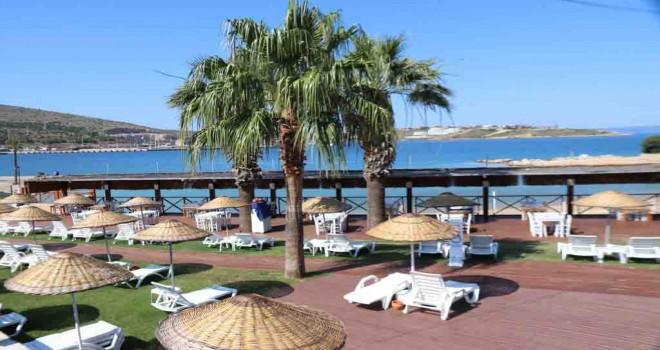 Çeşme Tekke Plajı ve Restoranı ziyaretçilerini bekliyor