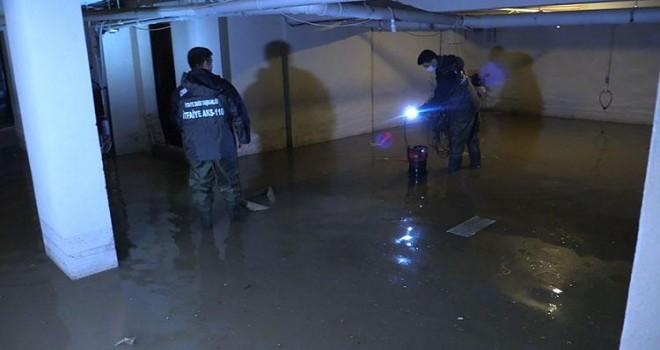 Sağanak nedeniyle Karşıyaka'da bazı evlere su bastı