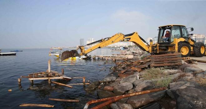 Bostanlı Balıkçı Barınağı'nda kaçak iskeleler yıkıldı