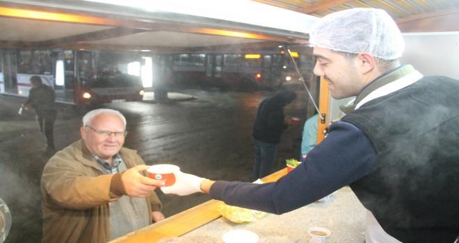 Menderes Belediyesi'nden sıcak çorba ikramı
