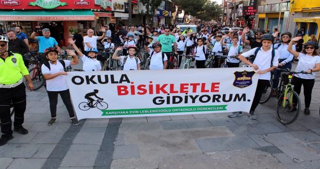 Karşıyaka Evin Leblebicioğlu Ortaokulu öğrencileri okullarına bisikletleriyle gitti