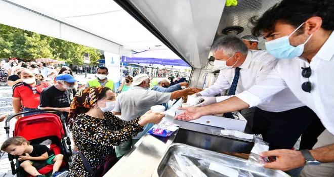 İzmir Büyükşehir Belediyesi 3 bin kişilik aşure dağıttı