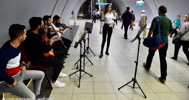 İzban, Metro istasyonlarıyla vapur ve iskelelerde müzik keyfi