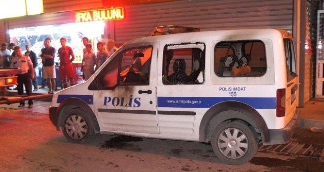 İZMİR'DE POLİS ARACINA SALDIRI