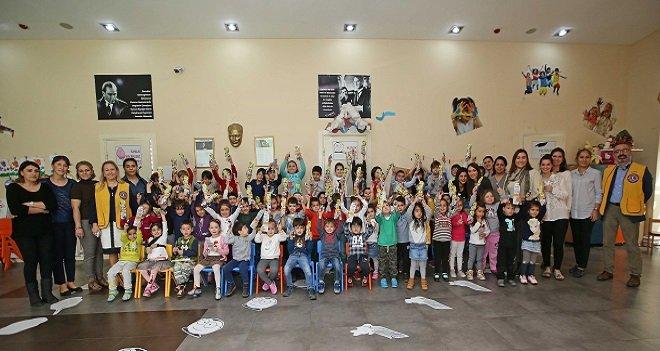 Karşıyaka Belediyesi, miniklere diş seti armağan etti