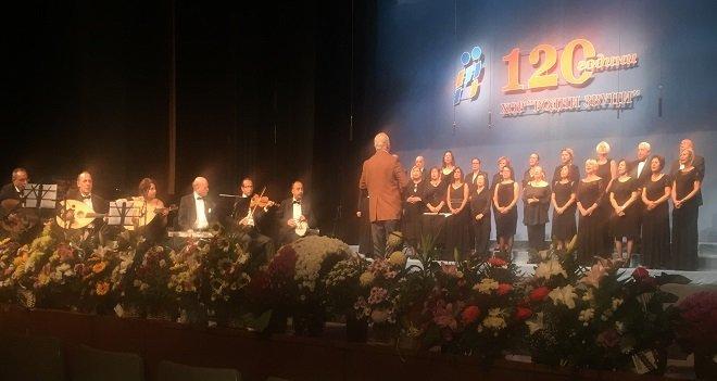 Karşıyaka korosu Bulgaristan'da ayakta alkışlandı...