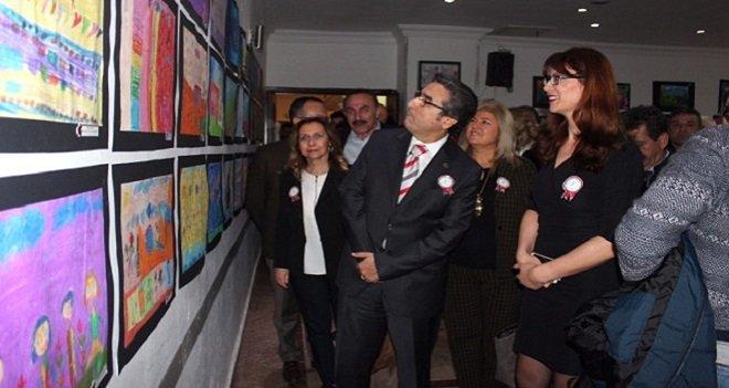 """Karşıyaka'da özel bir sergi... """"Sanat Engel Tanımaz"""" dediler..."""