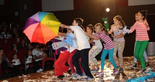 Karşıyakalı tiyatrocular Bozcaada'yı büyüledi