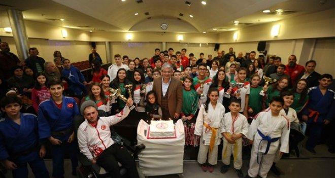 Şampiyonlar, Başkan Akpınar ile birlikte yeni yıl pastası kesti