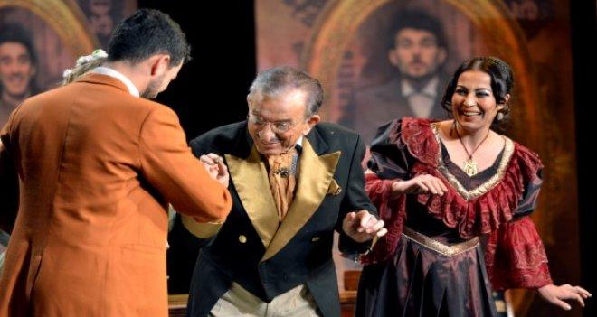 Tiyatronun yıldızları Karşıyaka'dan geçti