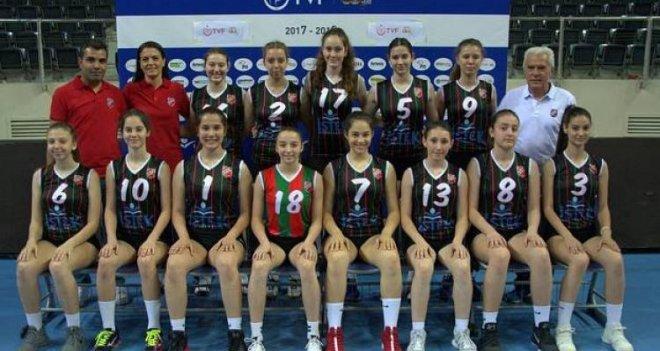 Voleybolda Tarsus'u yenen küçük kızlar 2. turu garantiledi